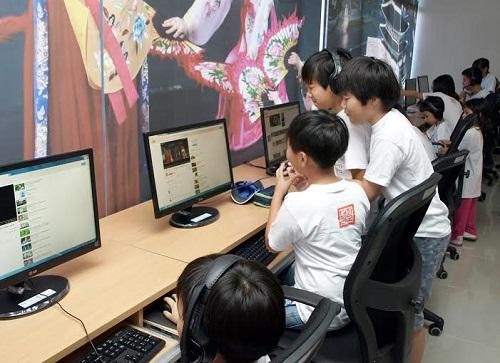 foto Niños coreanos con la tecnología que dispone el IAC